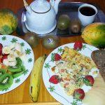 Luxusfrühstück Tortilla mit Zwiebel Koreander und Tomate